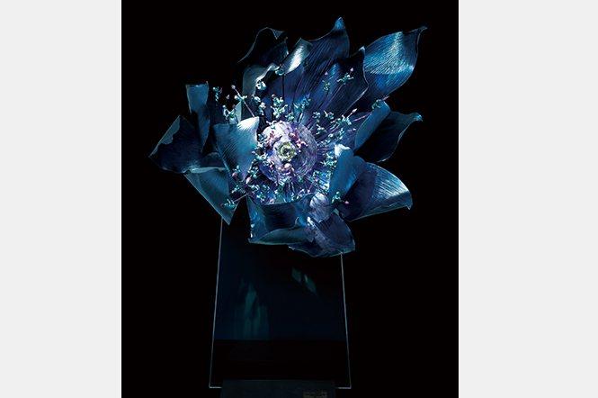 蓮子 雕塑,高2公尺的鈦金屬蓮花雕塑,花蕊是一顆黃晶,4個小孩圍繞花蕊,象徵四季;蓮花凌空盛放,浮在半空的蓮與子都是生機的表現。