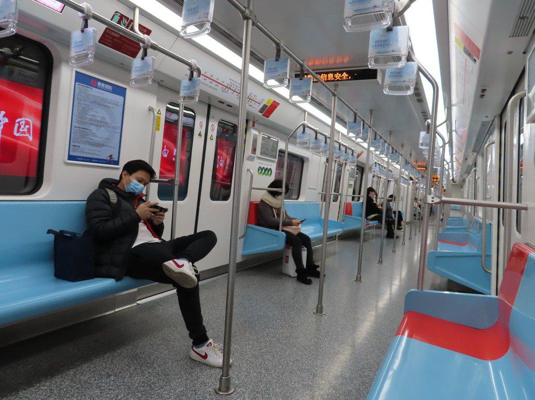 上海地鐵1號線,周日下午車廂也是空蕩蕩一片。特派記者林則宏/攝影