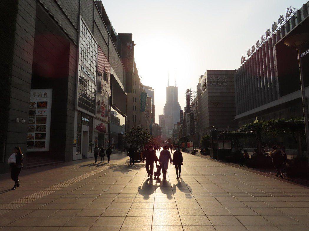 很難想像,這是每逢長假都會上演「百萬人逛大街」的上海南京路步行街,現在周末午後的...