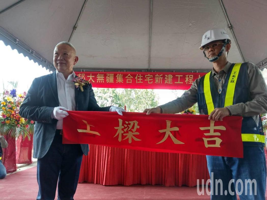 富邦集團富邦建設董事長薛昭信(左)最近在高雄談到新冠肺炎對房市影響,坦言此時對房...