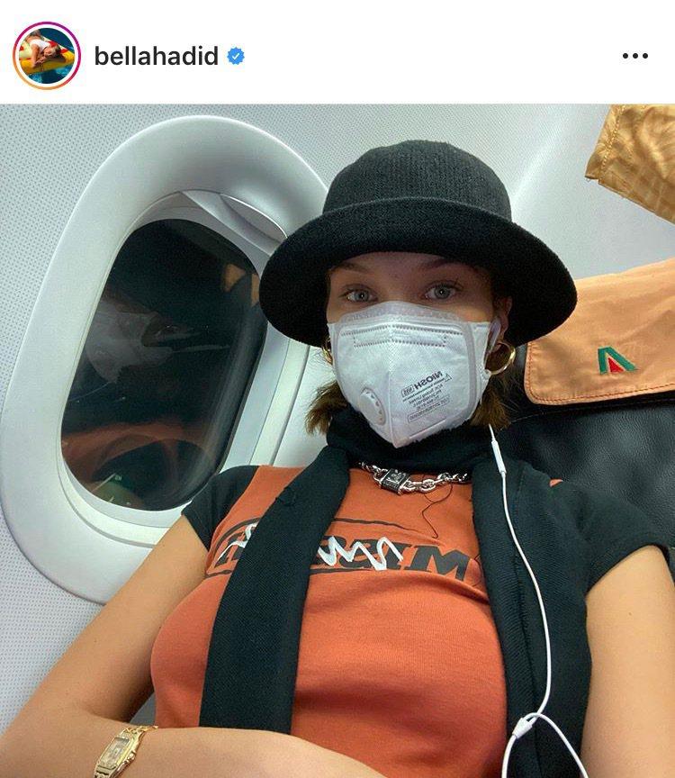 超模貝拉哈蒂德在IG發布自己在飛機機艙內配戴N95口罩的照片,引起網友熱烈討論。...
