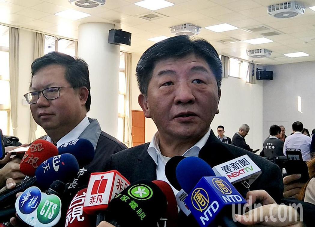 衛生福利部長陳時中(右)參加桃園市長鄭文燦(左)主持的防疫專案會議,受訪表示地圖...