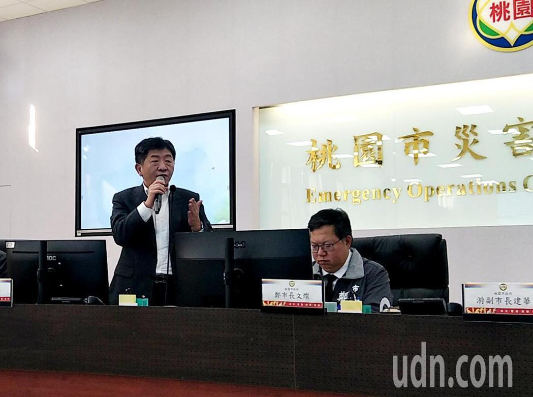 衛生福利部長陳時中(左)參加桃園市長鄭文燦(右)主持的防疫專案會議,表示我們的敵...