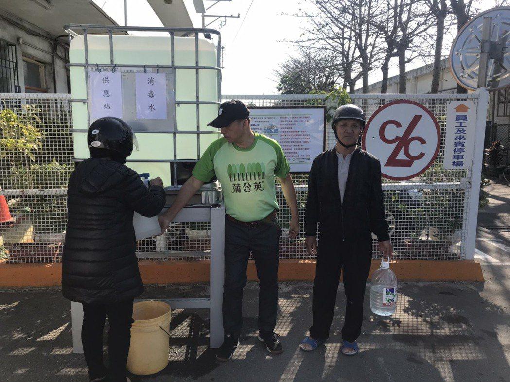 正隆助力防疫,竹北廠免費送消毒水。(圖/正隆提供)