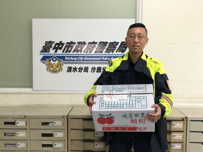 清水警分局警員蔡瑞修幫助民眾,無意間獲贈水果,他轉送獨居老人和弱勢家庭。圖/警方提供