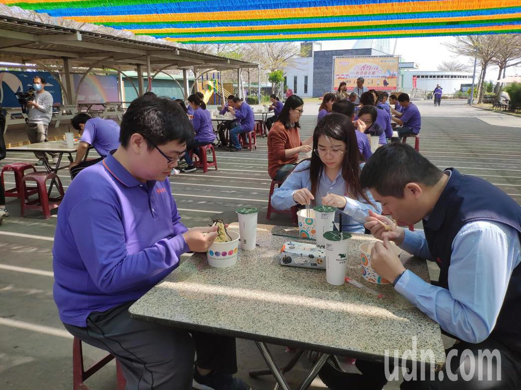康那香員工享用拉麵。記者謝進盛/攝影