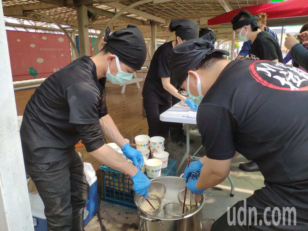 Mr拉麵員工忙煮拉麵。記者謝進盛/攝影