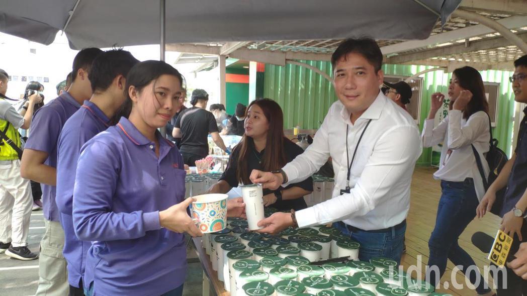 迷客夏董事長林建燁(中)親自奉上自家茶飲慰問康那香員工。記者謝進盛/攝影