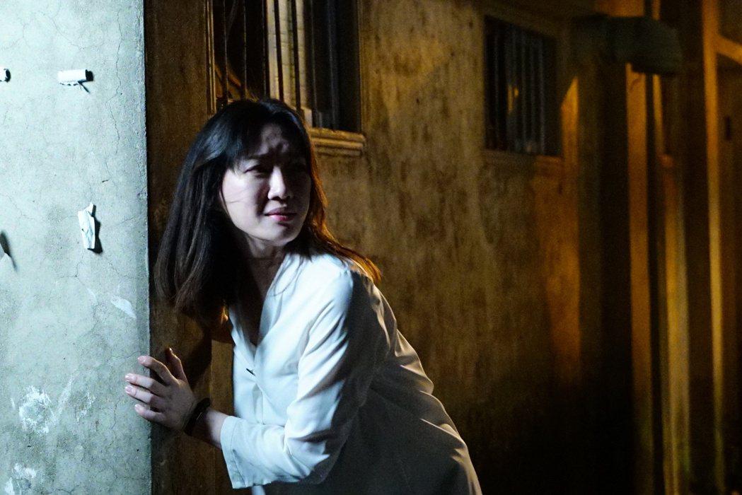 李杏在「國際橋牌社」逃亡驚慌失措。圖/friDay影音提供