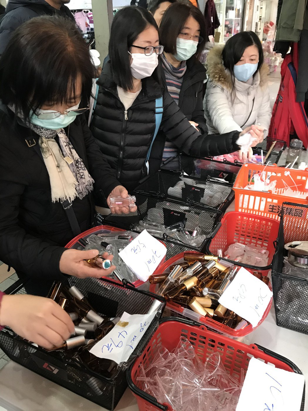 民眾戴口罩購買噴霧罐。本報資料照片