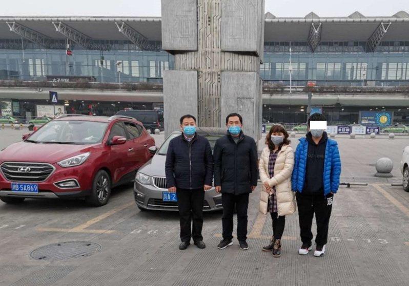 血友病少年小宇(右一)和母親馬姓婦人(右二),24日上午抵達成都機場,與四川台辦合照。圖/簡俊男提供