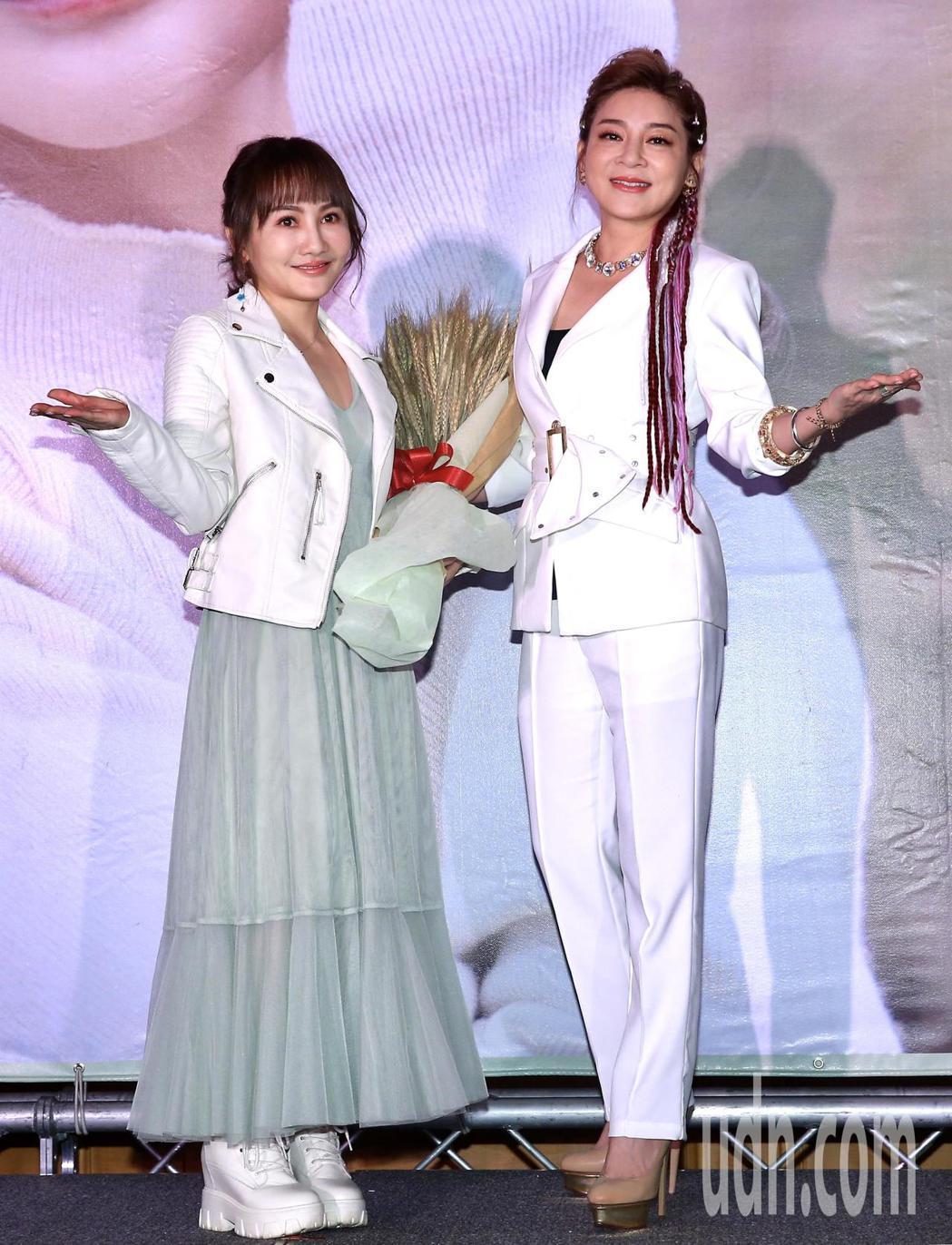 歌壇新人王宥忻(左)推出全新專輯《宥見逆光的幸福》,下午舉行發片記者會,她表示想...