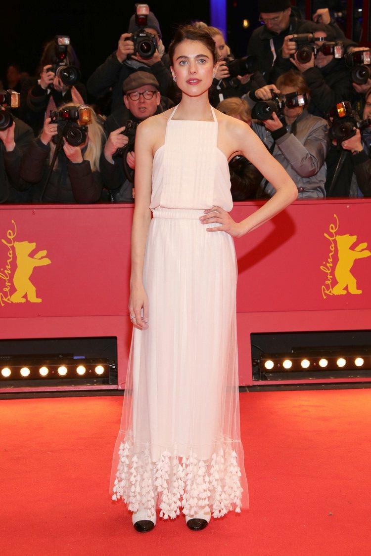 在柏林影展開幕典禮中,瑪格麗特庫利穿上香奈兒春夏高級訂製系列的象牙白絲綢雪紡摺飾...