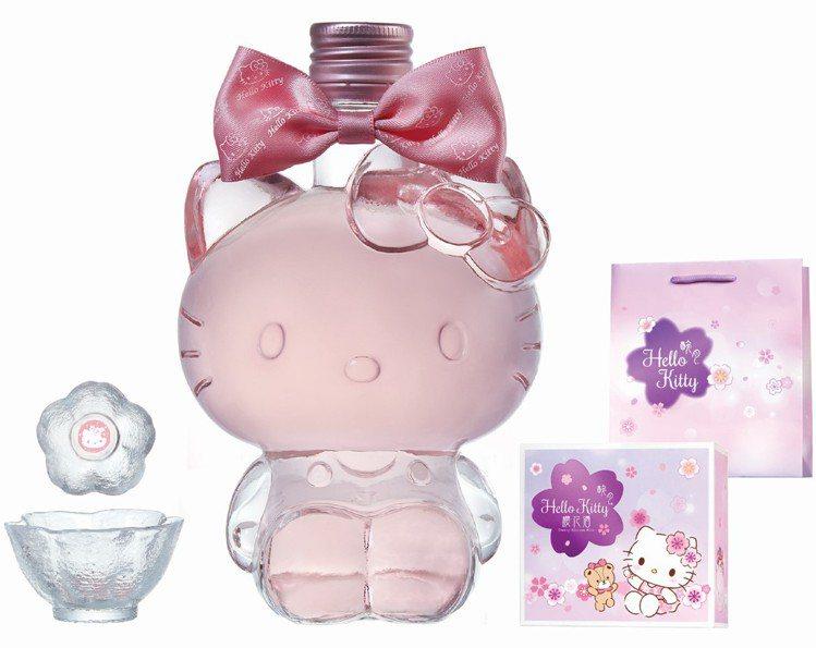 Hello Kitty櫻花酒有著超萌比例的全身造型瓶身。圖/7-ELEVEN提供...