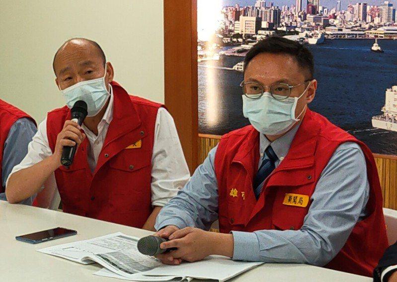 高雄市新聞局長鄭照新(右)被網友指是市長韓國瑜的反罷韓打手,鄭照新今反問「大家覺得我像打手嗎?」強調現在關鍵時刻是抗疫難關,不是市長個人的難關。圖/本報資料照片