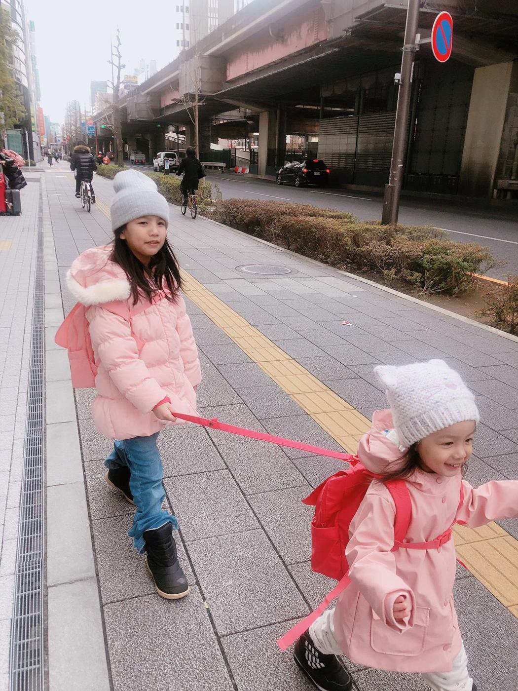 阿翔夫婦笑稱大女兒拉小女兒就像「小阿翔在拉著小Grace」。圖/時代創藝提供