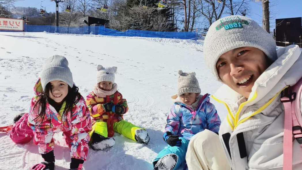 阿翔帶3個小孩在日本滑雪場去滑雪。圖/時代創藝提供