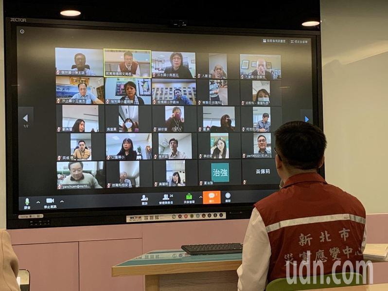 新北市教育局長張明文今邀集9大分區中心學校校長及教育局相關同仁召開防疫視訊會議。記者張曼蘋/攝影