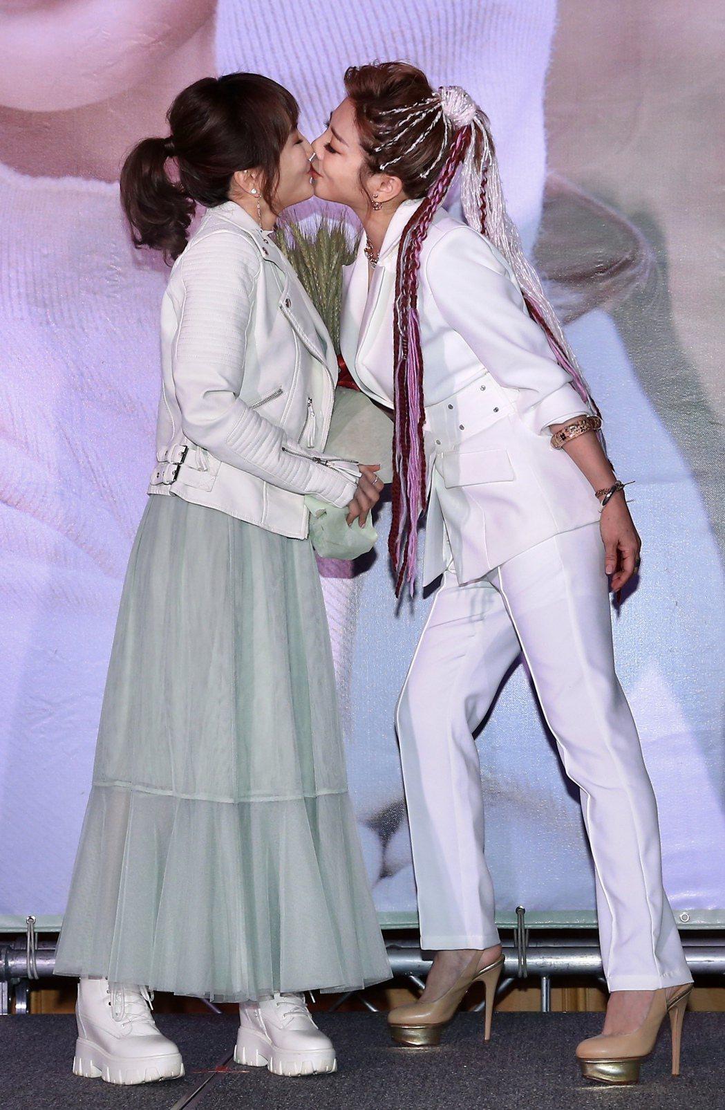 王彩樺(右)現身站台,和王宥忻玩起女女吻。記者林伯東/攝影