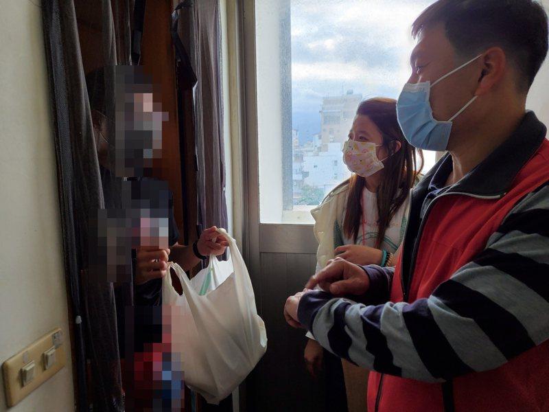 台東大學超貼心,幫居家檢疫的港澳生送火鍋。記者羅紹平/翻攝