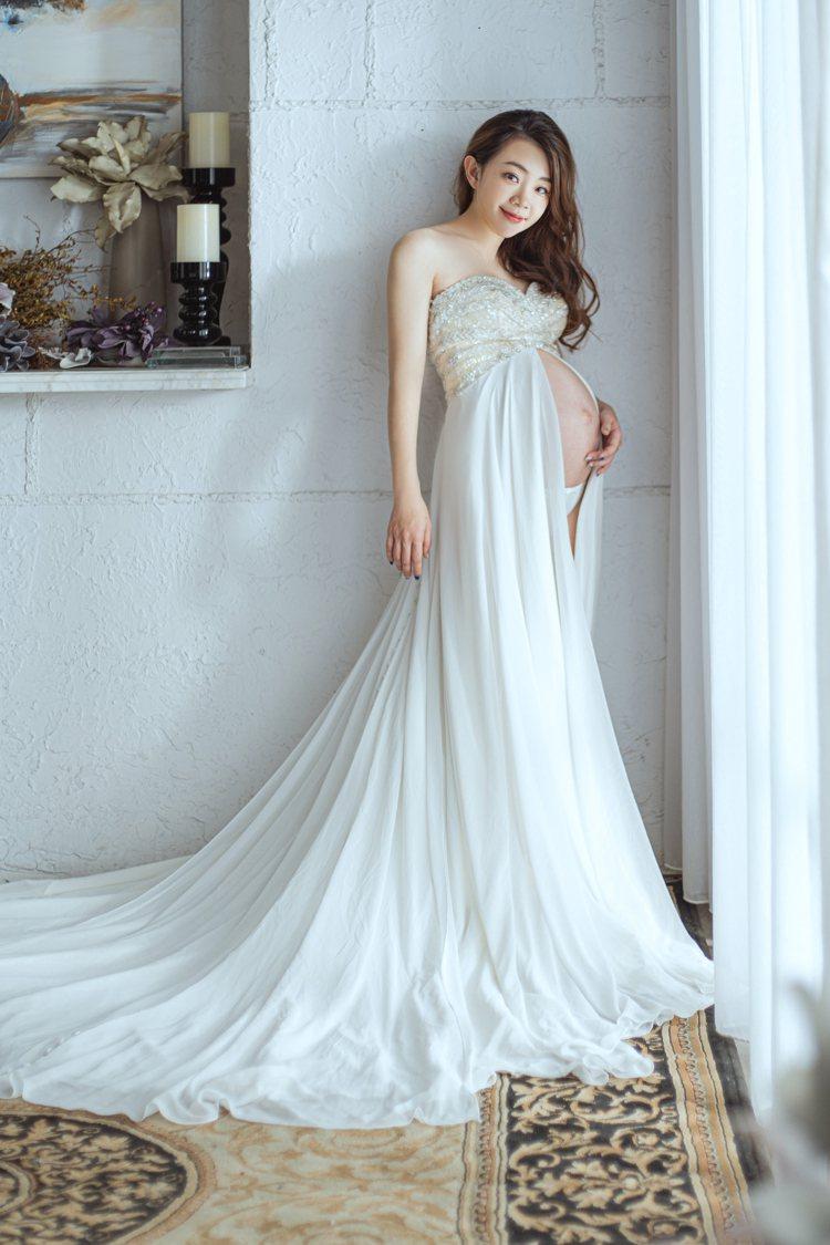 懷著第二胎「蔡波能」的二伯,穿著LinLi Boutique挑選的白紗。圖/Li...