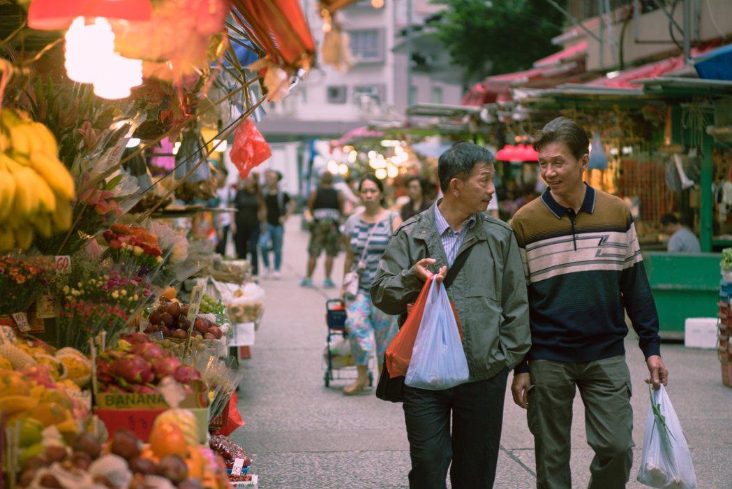 袁富華、太保在「叔‧叔」裡面飾演一對同志情侶,會一起散步逛市場。圖/采昌國際多媒...