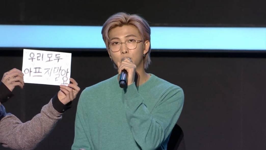 柾國在RM結語時亮出標語。圖/翻攝自YouTube