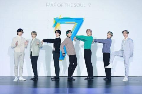 防彈少年團(BTS)24日在首爾舉辦新專輯「MAP OF THE SOUL:7」回歸記者會,因新冠肺炎盛行,他們臨時將國際記者會改為線上直播,今在空無一人的場館中用雙語進行訪談,24萬名粉絲準時上線...