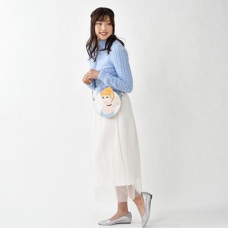 日本迪士尼推出《仙履奇緣》紀念商品系列,其中仙杜瑞拉的人物造型包擁有最近很夯的圓形包外型。圖/摘自官網