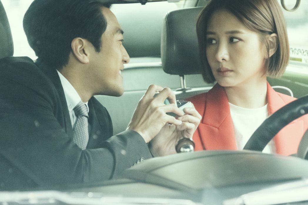 安心亞(右)與鍾政均在「墜愛」故事開端飾演情侶。圖/歐銻銻娛樂提供