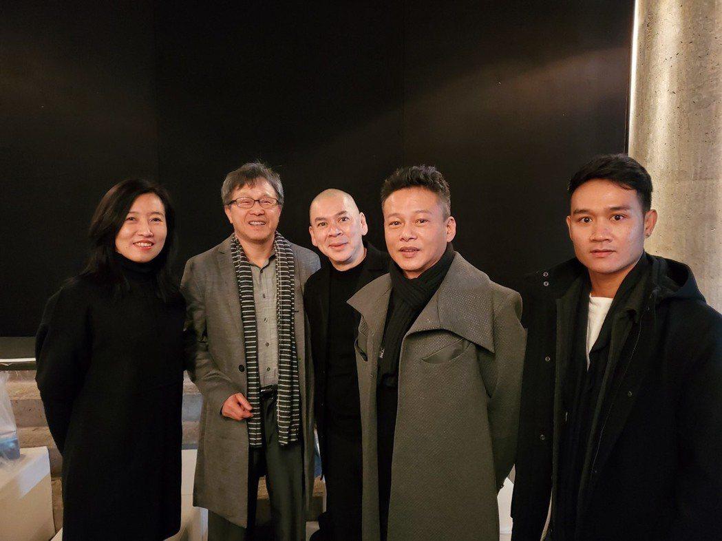 文策院院長胡晴舫(左起)、駐德大使謝志偉、導演蔡明亮、李康生和亞儂弘尚希出席柏林...