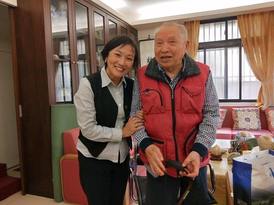 前退輔會主委周世斌(右)今晚在台北榮民總醫院辭世,享壽91歲。圖/台北榮服處