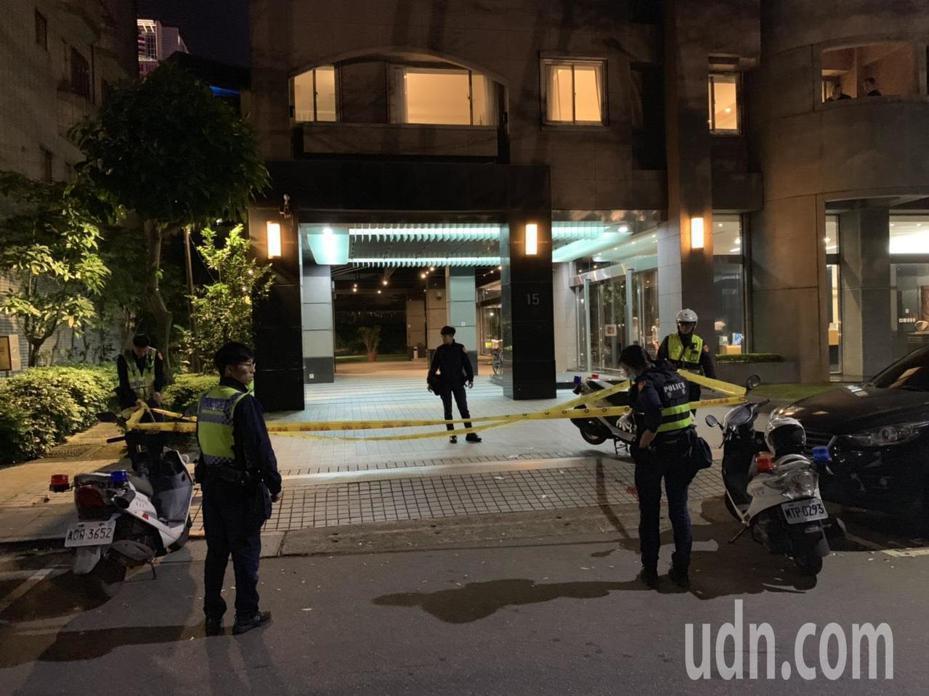 台北市基隆路晚間傳出少年墜樓身亡事件,警方封鎖現場蒐證調查。記者陳金松/攝影