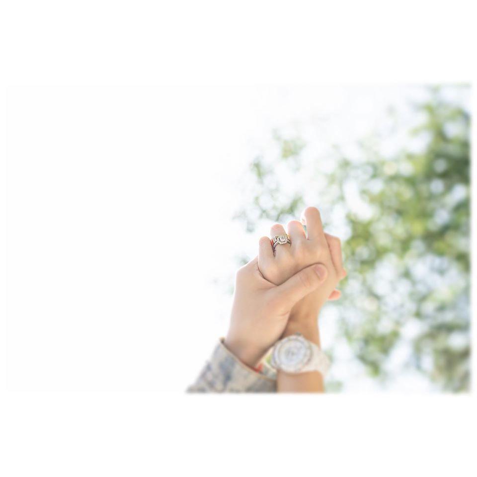 新加坡歌手潘嘉麗曬結婚戒指宣布喜訊。圖/摘自臉書
