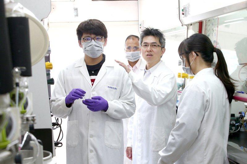 中研院化學所副研究員陳榮傑(右二)出席中研院記者會,說明7人團隊2周合成百毫克級瑞德西韋的過程,並開放中研院化學所實驗室。 記者蘇健忠/攝影