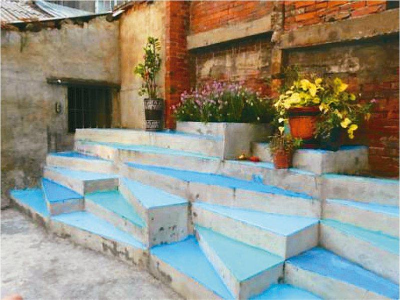 裝置藝術「藍色街梯」作品完成後,變成居民聚集聊天的場所,雖在2015年因道路拓寬而拆毀,但其代表性卻永遠活在居民與學生心中。 圖/元智大學藝設系提供