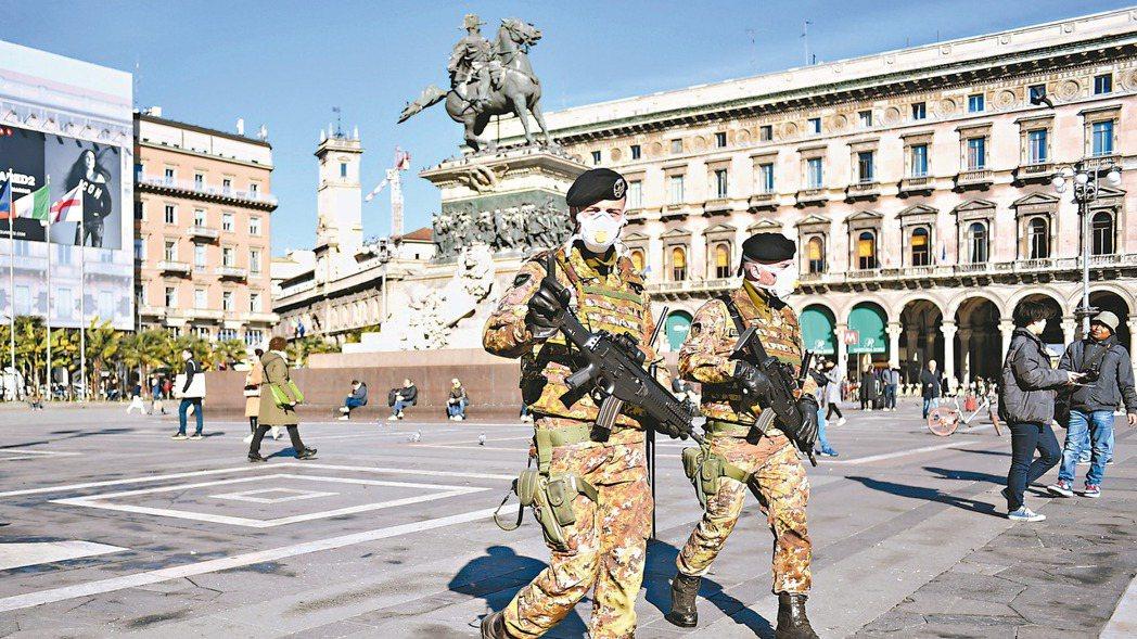 義大利疫情嚴重。圖為戴口罩的義大利軍人在米蘭主教座堂廣場巡邏。 美聯社