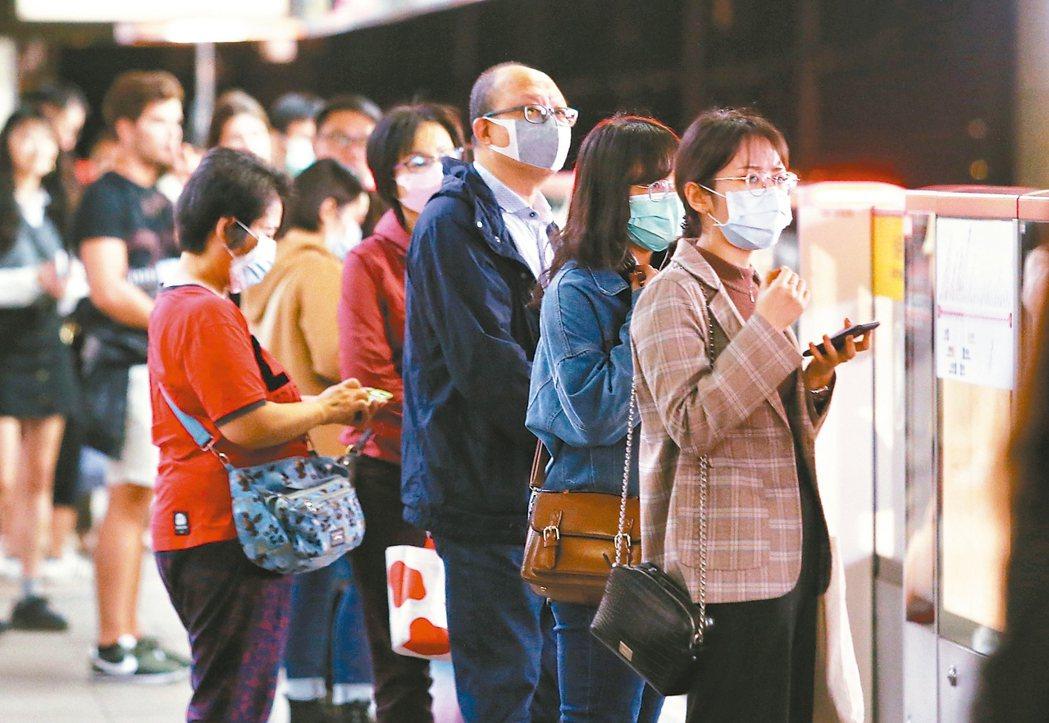 今年二月全國流感併發重症病例數,近五年首次低於一月,降幅達八成,專家認為,這是防...