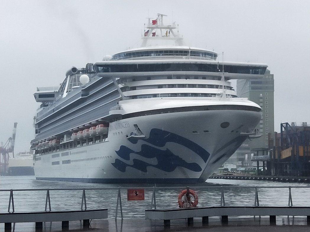 日本醫護人員11日在橫濱港的鑽石公主號旁待命。 (路透)