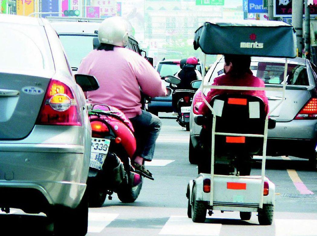 很多人不知道電動代步車視為「行人」,行駛在車道上爆出許多驚險瞬間。 圖/聯合報系...