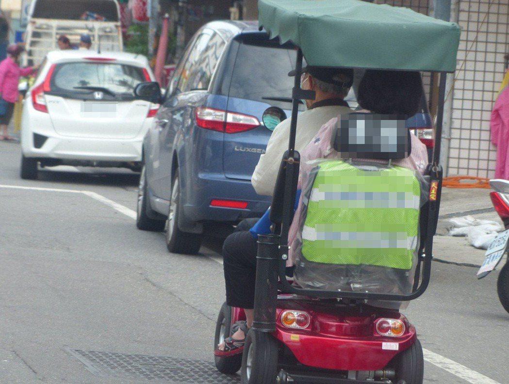 沒有人行道時,電動代步器就要靠邊通行。 圖/聯合報系資料照片