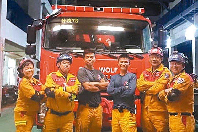 台灣人壽行銷顧問徐麗瓊(左一)投入第一線救災救難超過20年。 徐麗瓊/提供