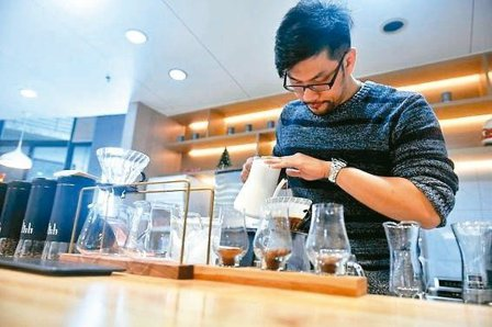 台灣青年羅傑翰在福州開的第一家咖啡店「友吉室」,設於東南眼科醫院內,期許給生活匆...