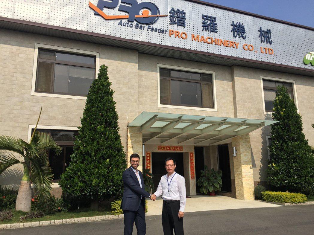 柯馬機器人業務經理Davide Pagliarulo(左)與鐠羅機械董事長李世明...