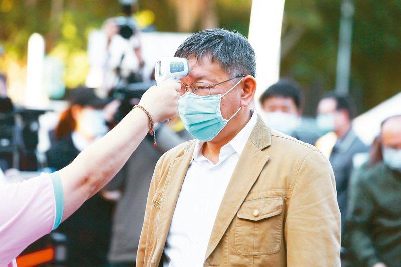 今天是開學日,台北市市長柯文哲前往社子國小視察新冠肺炎的防疫各項措施,柯文哲量體溫後進入校園視察。 記者曾原信/攝影