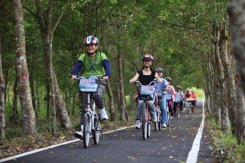 花蓮光復鄉大農大富園區除了賞螢,也很適合親子騎單車共遊。 圖/花蓮林管處提供