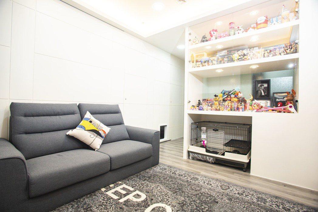 客廳和主臥以輕透玻璃展示櫃當隔間,擺放珍藏公仔兼具透光,最吸睛的是下層還特別規劃...