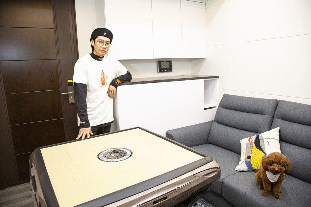 歐德設計師量身訂製沙發邊櫃,14坪小宅竟能容下電動麻將桌,尼克笑說老了還可以放輪...