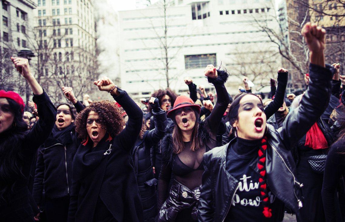 圖為1月哈維溫斯坦出庭時,紐約街頭抗議的示威群眾。 圖/法新社