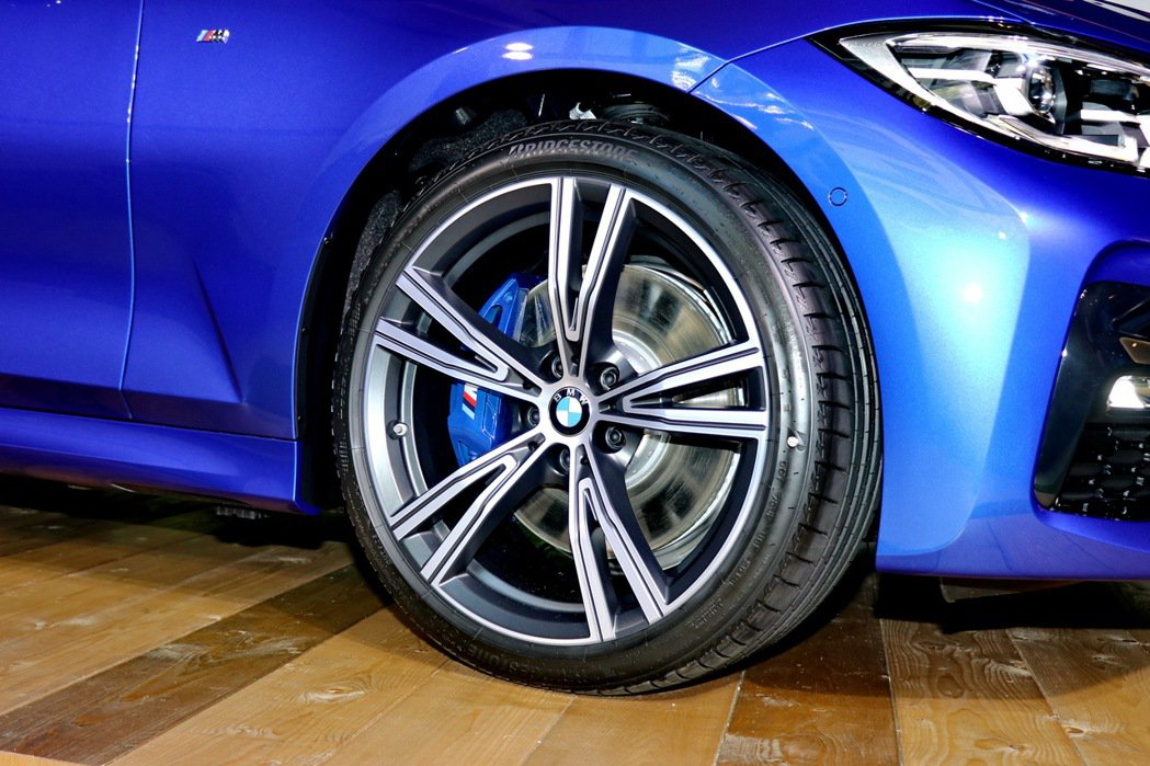 330i Touring M Sport搭載BMW Individual 雙輻式...